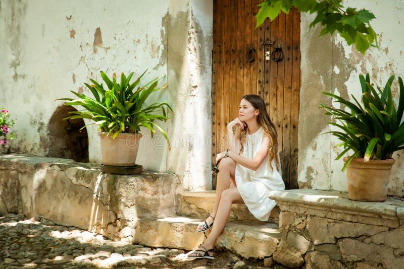 Jovem mulher em jardins de Alfabia fotografia de stock