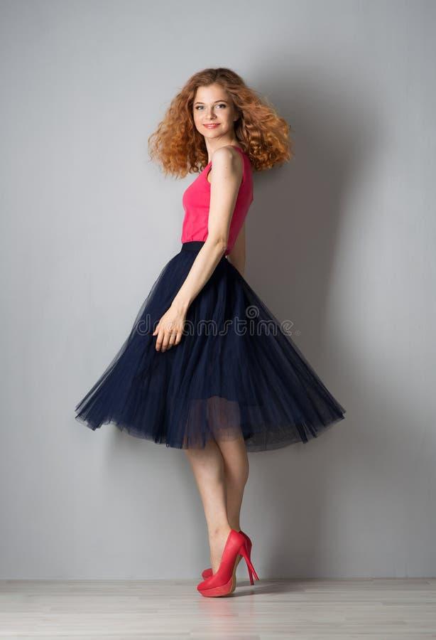 Jovem mulher em sapatas cor-de-rosa fotografia de stock royalty free
