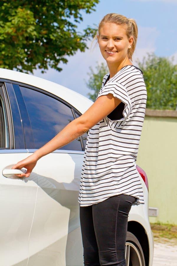 Jovem mulher em seu carro novo imagem de stock royalty free