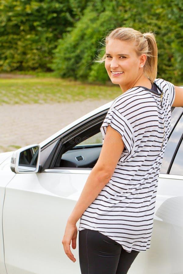 Jovem mulher em seu carro novo imagens de stock royalty free