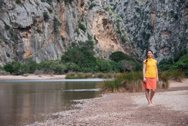 Jovem mulher em Torrente de Pareis, Mallorca imagens de stock