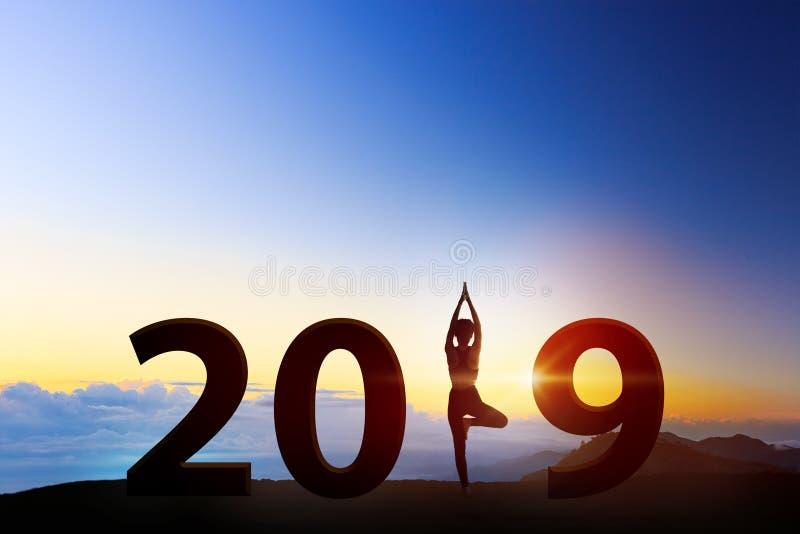 Jovem mulher em um ano novo meditando da ioga 2019 Conceito saudável imagens de stock