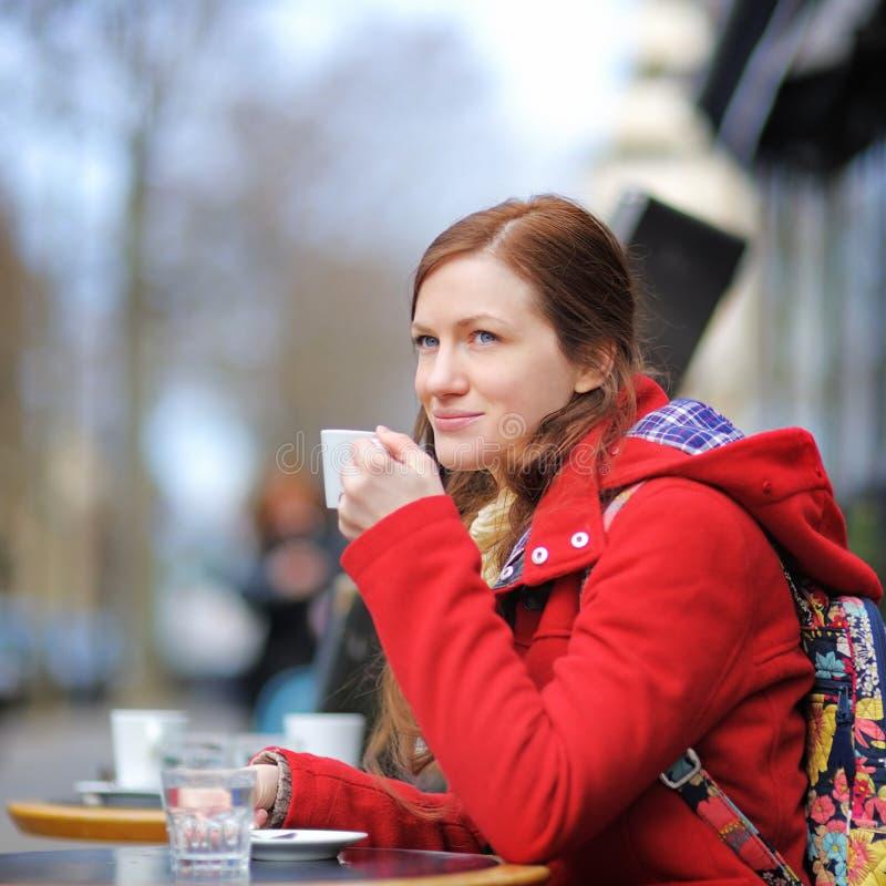 Jovem mulher em um café da rua imagens de stock royalty free
