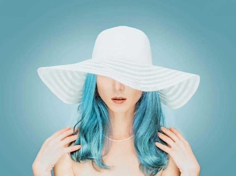 Jovem mulher em um chapéu com colar da pérola imagem de stock royalty free