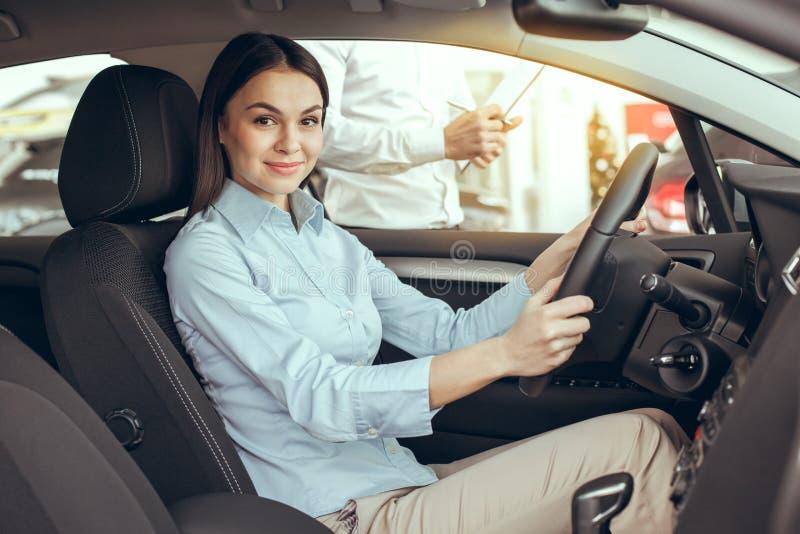 Jovem mulher em um conceito da movimentação do teste de serviço do aluguer de carros imagens de stock royalty free