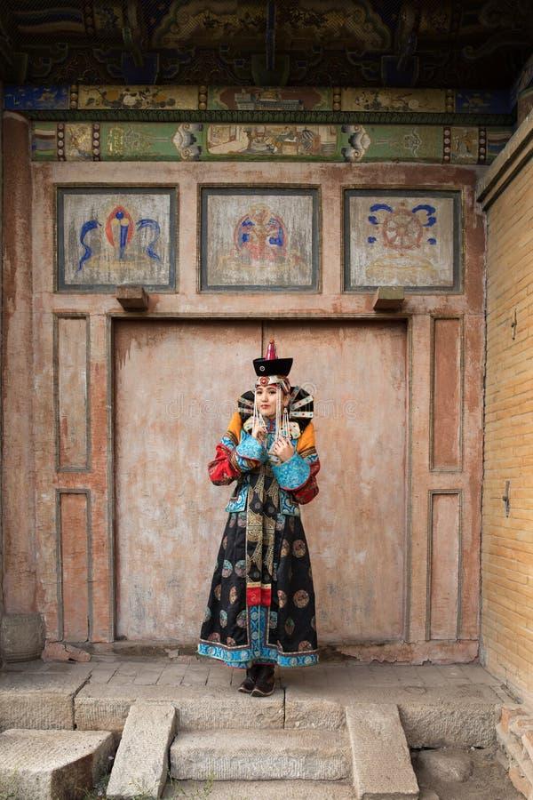 Jovem mulher em um equipamento tradicional do Mongolian imagem de stock