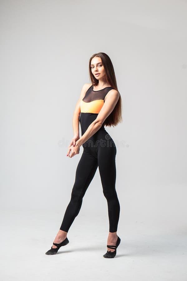 Jovem mulher em um traje do casuall do esporte, modelo da aptidão imagens de stock royalty free