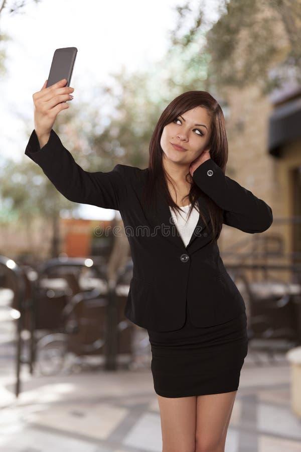 Jovem mulher em um vestuário do negócio que levanta para um autorretrato. fotografia de stock