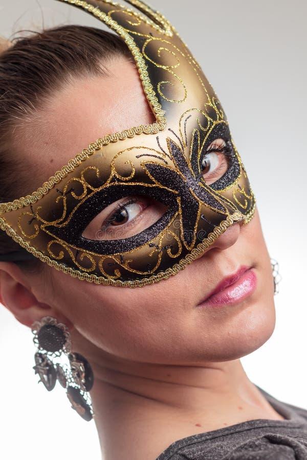 Jovem mulher em uma máscara foto de stock