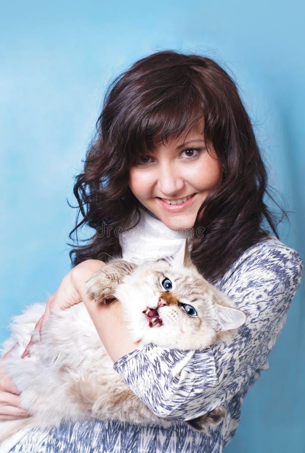 Jovem mulher encantador com gato Siberian foto de stock