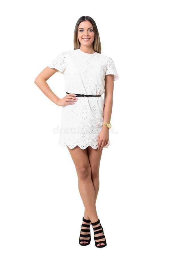 Jovem mulher encantador lindo no vestido branco que sorri na câmera fotografia de stock