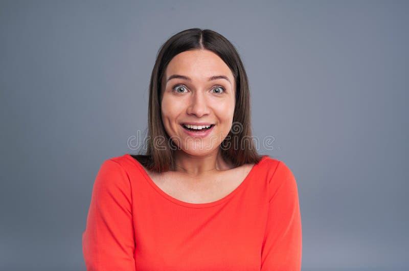 Jovem mulher encantador que está sendo surpreendida agradavelmente imagens de stock royalty free