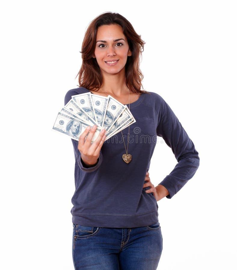 Jovem mulher encantador que guarda o dinheiro do dinheiro fotografia de stock royalty free