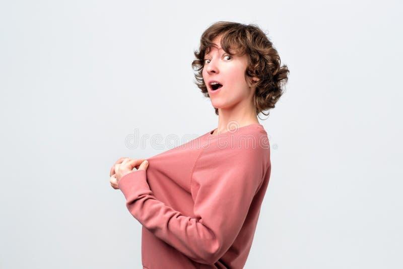 A jovem mulher encaracolado quer fazer a cirurgia plástica no peito imagens de stock