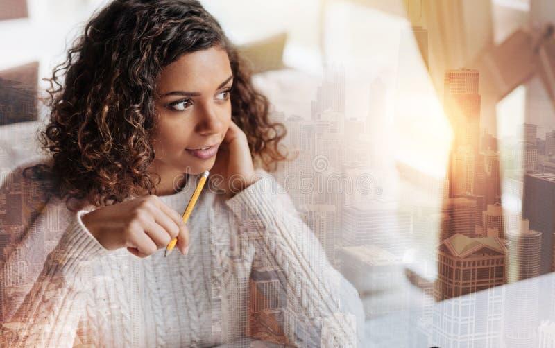 Jovem mulher entusiástica que trabalha em seu projeto novo imagem de stock royalty free