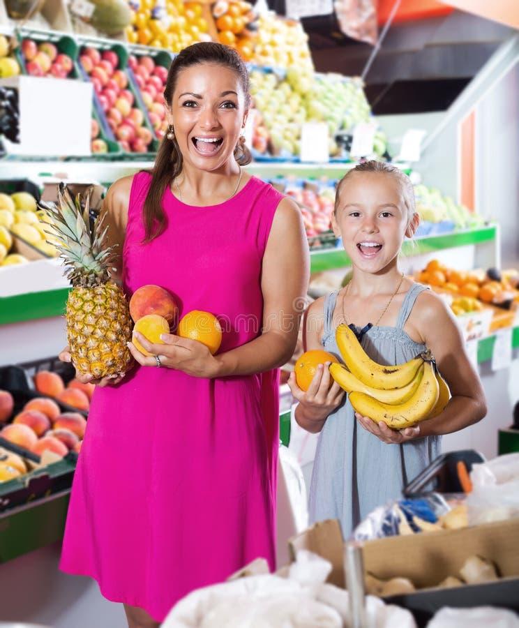 Jovem mulher entusiasmado com a menina que olha satisfeita fotos de stock royalty free
