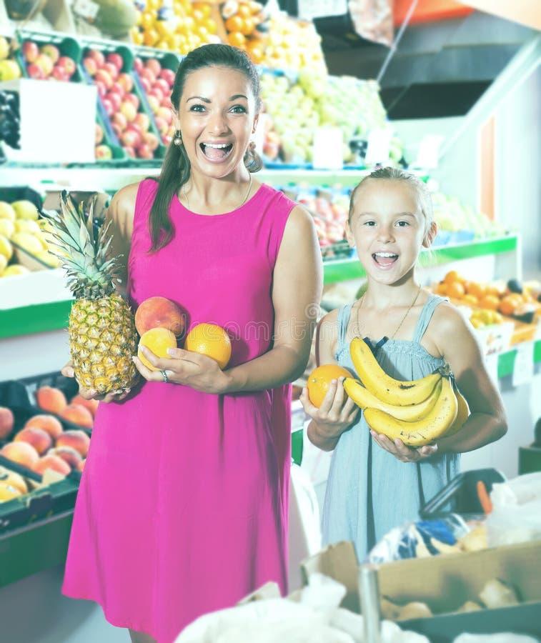 Jovem mulher entusiasmado com a menina que olha satisfeita foto de stock royalty free