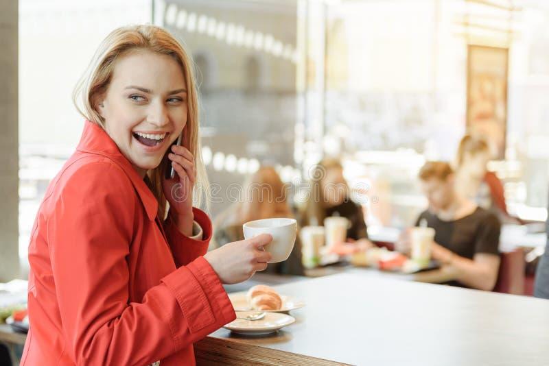 Jovem mulher entusiasmado que fala pelo telefone celular imagem de stock royalty free