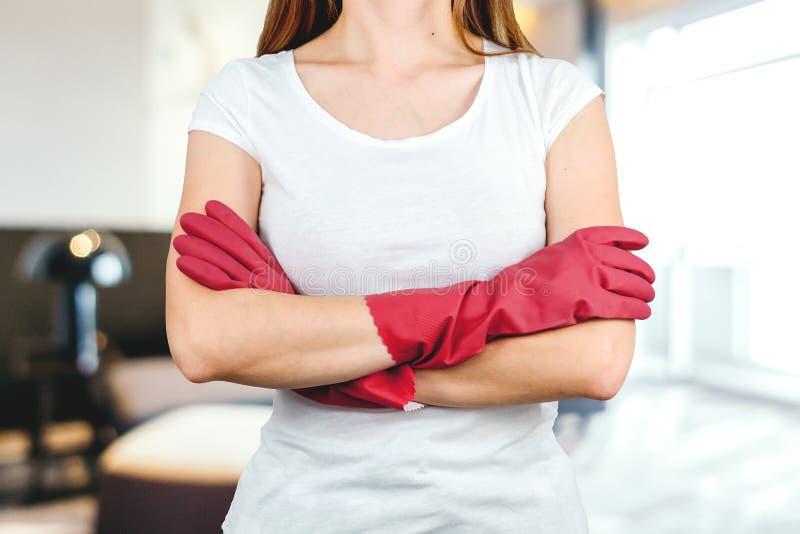 A jovem mulher está pronta à limpeza em casa foto de stock