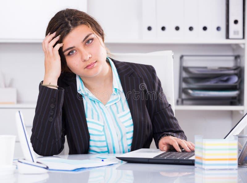A jovem mulher está tendo a edição complicada com projeto imagens de stock
