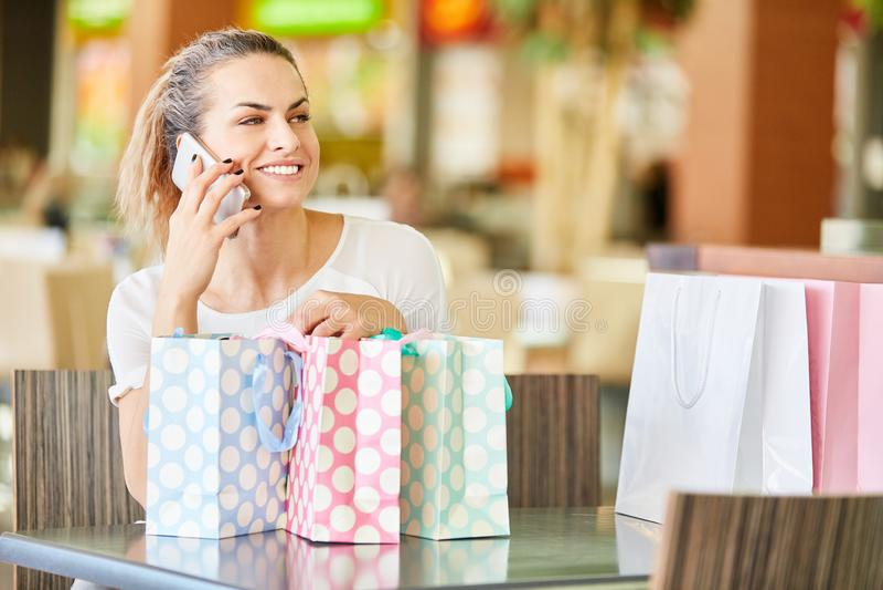 A jovem mulher est? falando no telefone celular imagens de stock royalty free