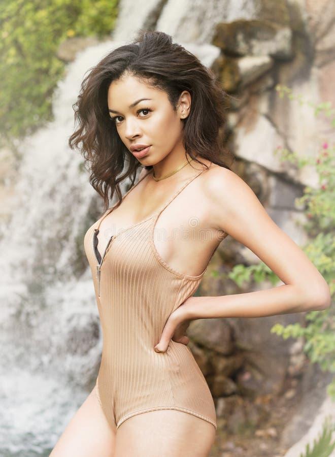 Jovem mulher exótica bonita no lugar tropical foto de stock royalty free