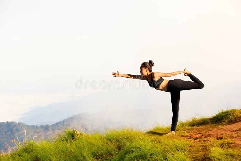 A jovem mulher exercita a ioga fotografia de stock royalty free