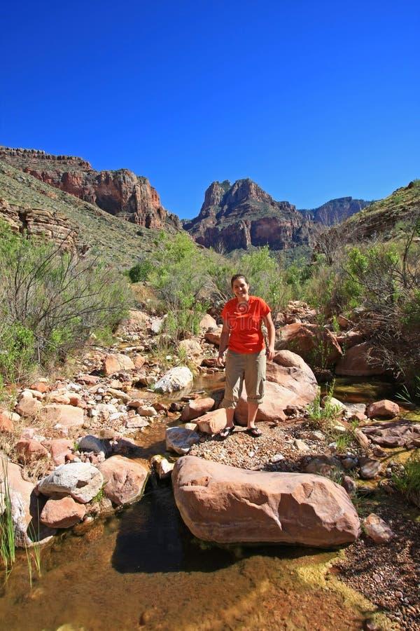 A jovem mulher explora a angra de Hance em Grand Canyon fotos de stock royalty free
