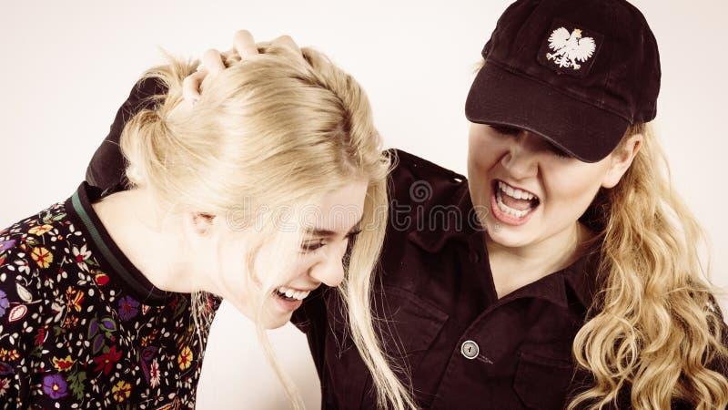 Jovem mulher fêmea da apreensão do agente da polícia fotos de stock