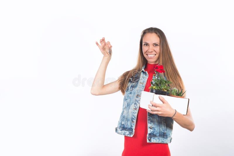 Jovem mulher feliz atrativa que guarda chave da casa nova foto de stock royalty free