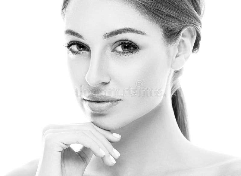A jovem mulher feliz bonita bronzeou-se a cara do retrato com os bordos 'sexy' preto e branco imagem de stock royalty free