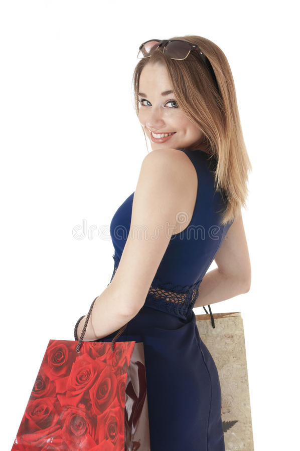 Jovem mulher feliz bonita que guardara sacos do presente da compra. foto de stock royalty free