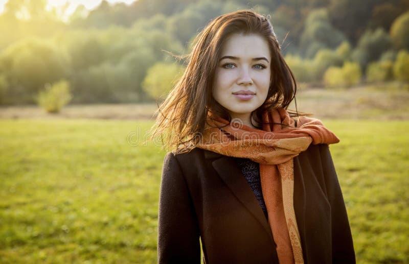 Jovem mulher feliz bonita que sorri em um parque foto de stock royalty free