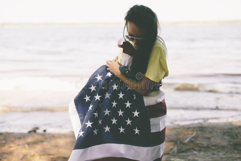 Jovem mulher feliz com bandeira dos EUA imagem de stock royalty free