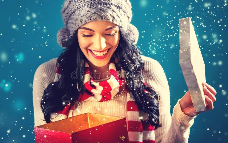 Jovem mulher feliz com a caixa do presente de Natal imagem de stock royalty free