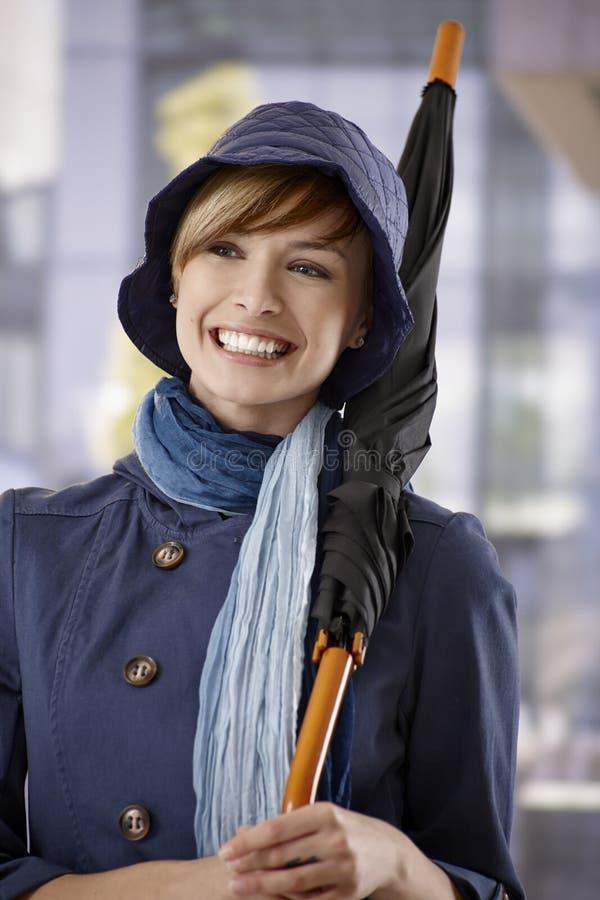 Jovem mulher feliz com guarda-chuva fotos de stock