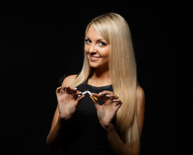 Jovem mulher feliz com o cigarro quebrado foto de stock royalty free