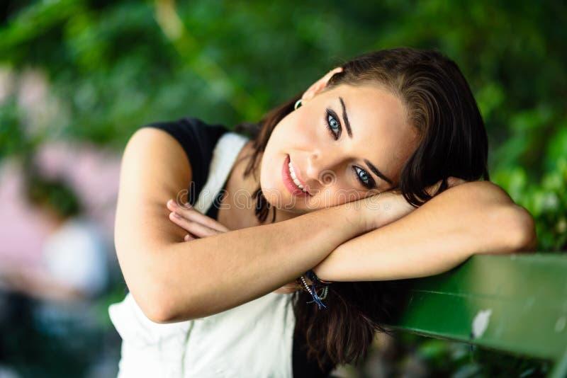 Jovem mulher feliz com os olhos azuis que olham a câmera imagens de stock