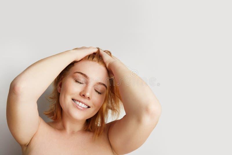 Jovem mulher feliz com pele limpa, composição natural sobre o fundo branco vazio Retrato do close-up foto de stock