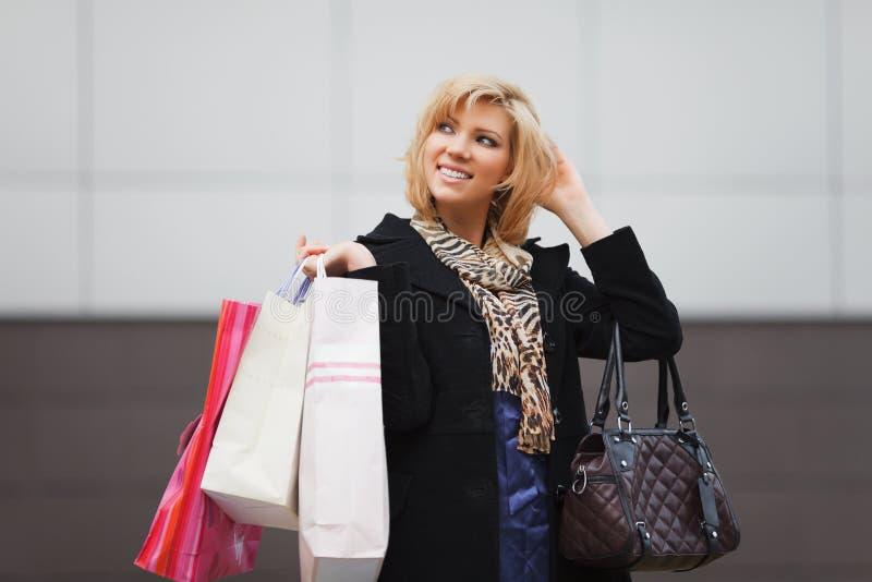 Jovem mulher feliz com sacos de compras foto de stock