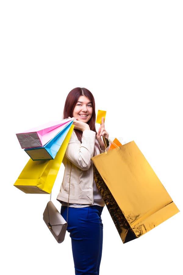 Jovem mulher feliz com sacos de compras e cartão de crédito imagens de stock royalty free