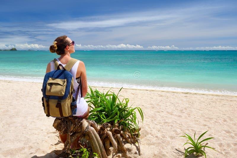 Jovem mulher feliz com trouxa que aprecia aturdir da vista tropical foto de stock