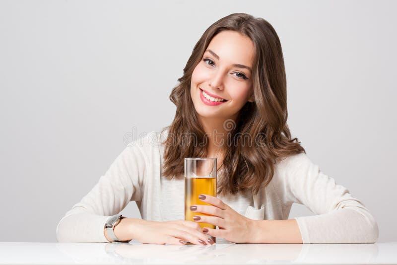 Download Jovem Mulher Feliz Com Vidro Do Suco De Fruto Foto de Stock - Imagem de gorgeous, feliz: 65576362