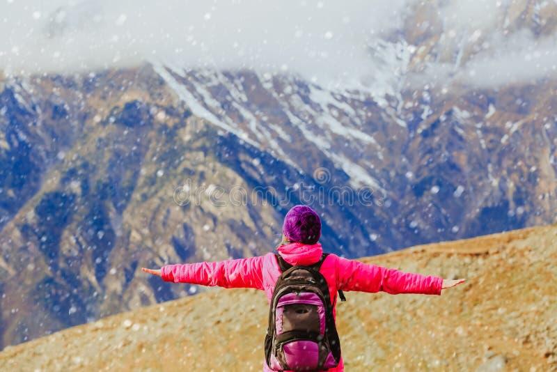 Jovem mulher feliz do conceito do curso que caminha em montanhas da neve fotos de stock