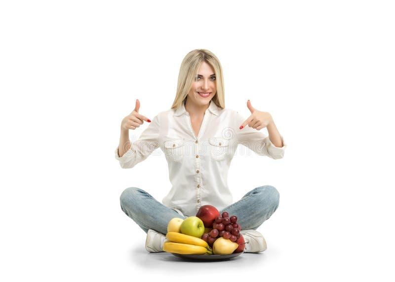 Jovem mulher feliz e alimento saudável do vegetariano, fruto Conceito de imagem de stock