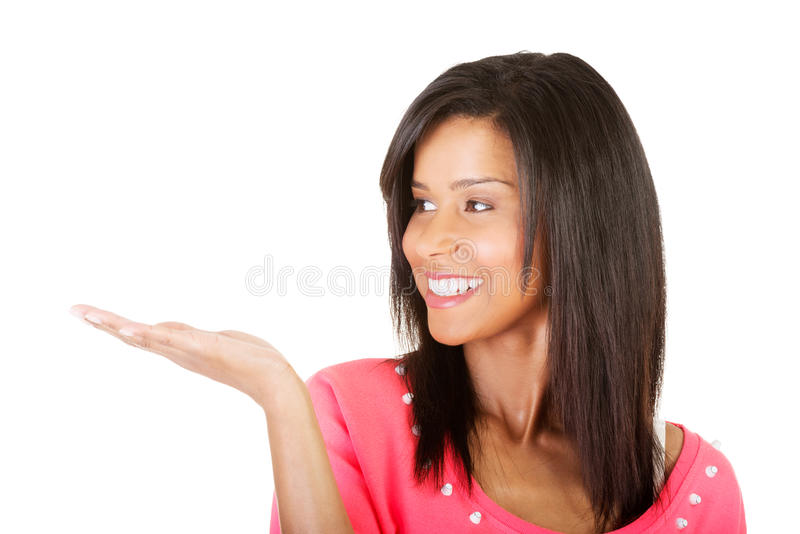 Jovem mulher feliz, entusiasmado que apresenta o espaço da cópia em sua palma fotos de stock royalty free