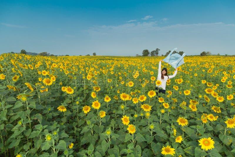 Jovem mulher feliz livre que aprecia a natureza Menina da beleza exterior Fre fotografia de stock royalty free