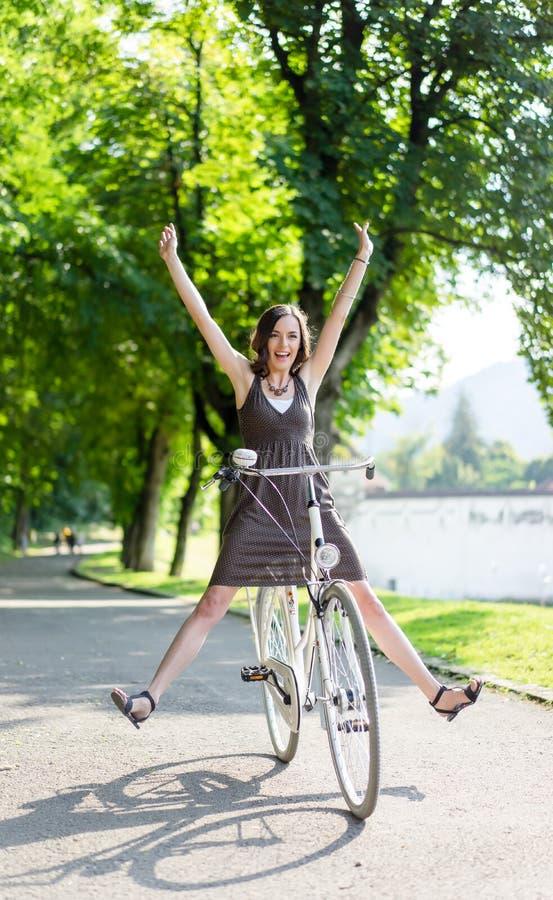 Jovem mulher feliz na bicicleta imagens de stock royalty free