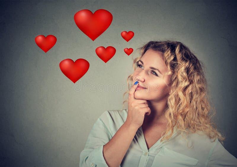Jovem mulher feliz no amor que sonha acordado sobre o romance imagem de stock royalty free
