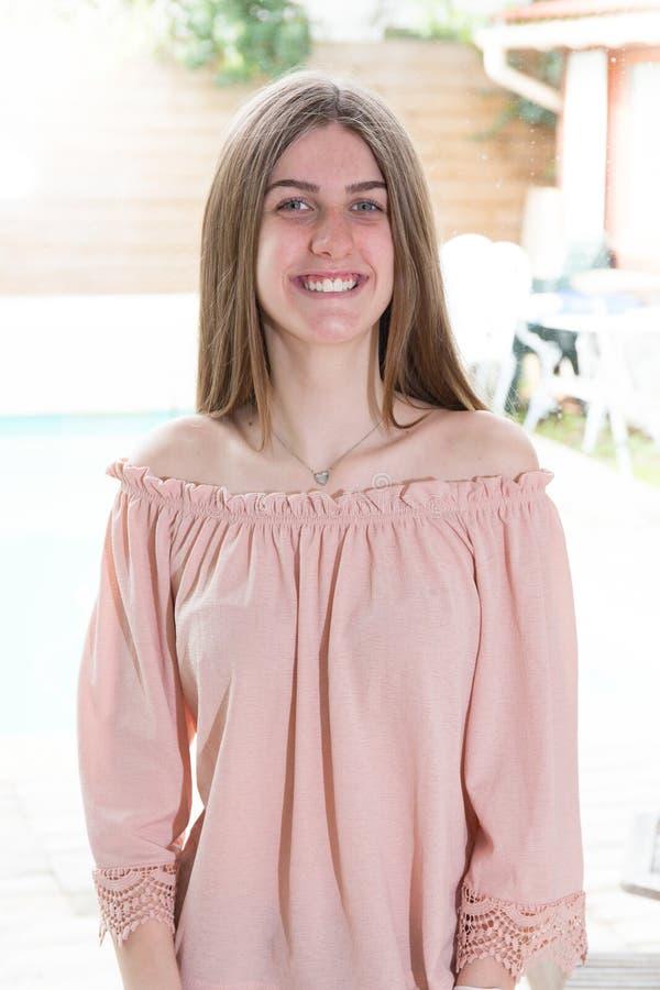 jovem mulher feliz no dia de verão com fundo da associação da casa imagens de stock